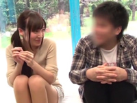 【エロ動画】これがマジックミラーの正しい使い方!こっちからだと彼氏が目の前に居るのに快感マッサージでおマンコイッちゃう!