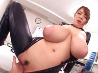 【エロ動画】ライダースーツから零れるおっぱい。規格外の爆乳痴女マンコで精液を根こそぎ搾り取られる!