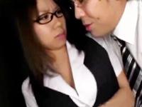 【エロ動画】OLは上司の言う事に逆らえない。巨乳眼鏡なお姉さんが無理矢理パイズリでおっぱいをドロドロにされちゃった