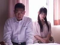 【エロ動画】旦那が起こした事故で人妻が謝罪。病院のベッドでおじさんのチンポにお口やおマンコでご奉仕する事に