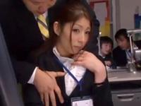 【エロ動画】美人OLへのセクハラがおっぱいだけで終わるはずがない。エスカレートする上司の指先は彼女の濡れた雌穴にも差し込まれて…