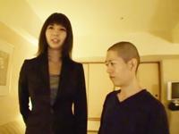 【エロ動画】モデル並の高身長お姉さんが低身長な坊主男を手コキで痴女る