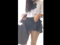 【エロ動画】スマホで撮影しているのは女子高生の制服のスカートの中!!ノーパン女子はカラオケボックスで本気ハメ