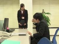 【エロ動画】スケベな美人OLは同僚のお茶に薬を混ぜて、勃起が止まらなくなったおちんちんを自分から咥えこむ