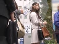 【エロ動画】綺麗なお姉さんをバスの中でレイプ。人混みの中で濡れたおマンコはノリノリで男のチンポを咥えこんできた