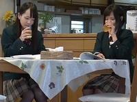 【エロ動画】友達のお父さんを誘惑する淫乱JK。発情した彼女は炬燵の中でおじさんチンコを咥えこむ