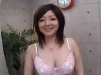 【エロ動画】パイズリフェラでおちんちんからザーメンを搾り取る巨乳美女。柔らかいおっぱいで扱かれたら男はみんな射精しちゃう!