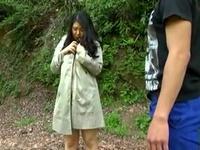 【エロ動画】ムチムチボディー大爆発!青姦で巨乳を揺らし恥辱プレーで失禁寸前
