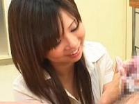 【エロ動画】真面目そうに見えてもお姉さんはスケベだった!おちんちんを握って優しい手つきでシコシコ抜いてくれる