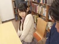【エロ動画】図書館に居る美処女JKはおマンコに極太バイブを仕込むようなドスケベ女で、変態痴女のマン汁を舐めながら隠れてセックスをしてしまう
