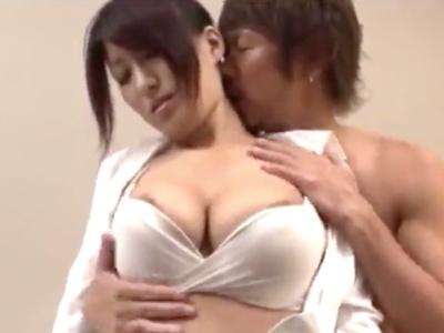 【エロ動画】イケメン男優が相手で乳首を勃起させてしまう淫乱な巨乳の人妻。しゃぶられたおマンコは愛液が止まらず生本番セックスでNTRされてしまった