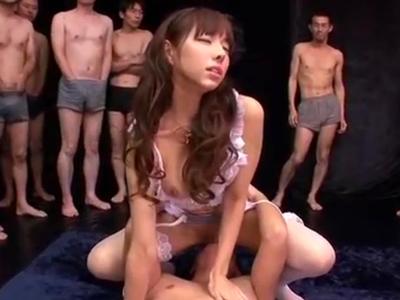 【エロ動画】パイパン美少女ギャルが男優たちのおチンポに囲まれてザーメンまみれに!たくさんのおチンポに凌辱されてイキまくる!