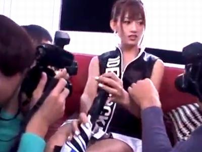 【エロ動画】「そんなとこまで撮らないで!!」撮影会を開いていたコスプレ美女は、カメコに襲われまさかの乱交に大発展!