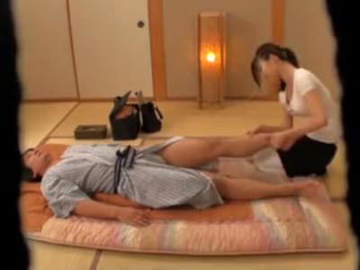 【エロ動画】部屋に呼んだマッサージ師のおっぱいが柔らかすぎて発情した男と、大サービスでセックスしてしまう淫乱女!