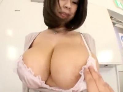 【エロ動画】規格外の爆乳おっぱい!両手で揉んでも余るくらいに大きな乳房を揉んで、しゃぶって、おチンポを挟まれ濃厚セックス