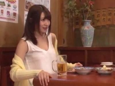 【エロ動画】相席になった巨乳美女が勃起チンコを扱いてくれる!欲求不満なのか自分から「挿れたくなっちゃった」とお店のトイレに誘われてこっそりセックスしてしまう