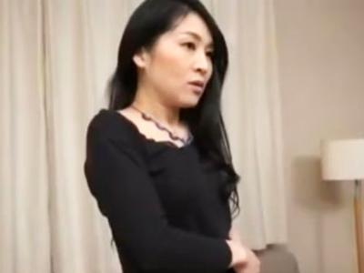 【エロ動画】ナンパした美魔女が真面目にインタビューを受けてたら電マで刺激され興奮状態に!若い生チ●コを欲しがり、ハメ込み!