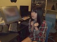 【エロ動画】白咲碧がAV編集のバイトに挑戦!エロすぎる動画を見てたら発情しちゃってキモオタのチンコを濃厚フェラ!
