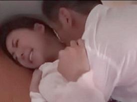 【エロ動画】旦那が見てる前で強制セックス!「やめて!中に出さないで!」と懇願する松下紗栄子のトロトロマンコに他人ザーメンを大量放出!