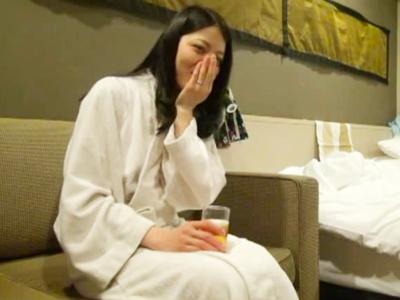 【エロ動画】電マで乳首を勃起させる淫乱な人妻は浮気おチンポの虜にされる。快感NTRセックスでおマンコを犯されて、知らない男の人の女にされてしまった