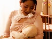 【エロ動画】子供を産んだばかりで欲求不満な奥様と不倫セックス!こっそりと家に上がり込んで母乳でパンパンなおっぱいにしゃぶりついて、興奮しっぱなしの他人棒で鬼ピストン!