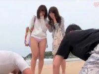 【エロ動画】海にいた女の子が可愛すぎて「ヤラせてくれ!」と土下座した結果→キャンピングカーの中で美乳を揺らし感じまくる素人美少女!