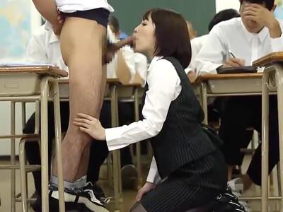 【エロ動画】授業中なのに…机の下に潜り込んで生徒のチンポにフェラでご奉仕!完璧なノーハンドフェラで最後の一滴までザーメンを絞り尽くす!!