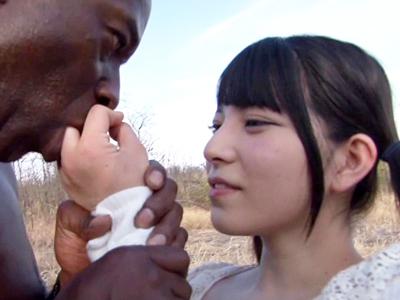 【エロ動画】巨乳のAV女優が青姦セックスで黒人おチンポとハメ撮りをする。一日中全裸で過ごして陰毛マンコにはおチンコを挿入したまま、何度もザーメンをぶっかけられて口内射精で精液まみれになるのだ