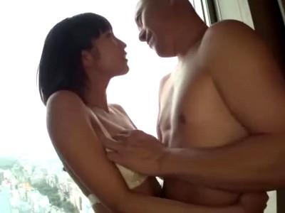 【エロ動画】濃厚なセックスに夢中な巨乳娘の湊莉久。手マンで陰毛マンコもくちゅくちゅにされ、下着を脱いでおチンポにフェラチオご奉仕。陰毛マンコをたくさん犯して貰ったら最後は口マンコに口内射精をして貰う