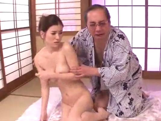 【エロ動画】「嫌…やめてくださいっ…」変態オヤジに無理やりチンポを挿入されてしまった巨乳妻は、いつの間にか感じてしまって残ったザーメンをお掃除フェラで舐めあげる!