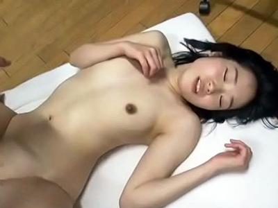 【エロ動画】お金の為にハメ撮りセックスをする無知な処女娘。手マンで濡らされたあそこはおチンポに犯され、はじめての快感でつつましいおっぱいを揺らしながらイキまくるのだった