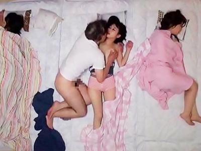 【エロ動画】「オシッコ漏れちゃう!」とトイレに入った娘を覗くクソ義父は、妻に隠れてコッソリ近親相姦!JK娘のパイパンマンコを生ファック!