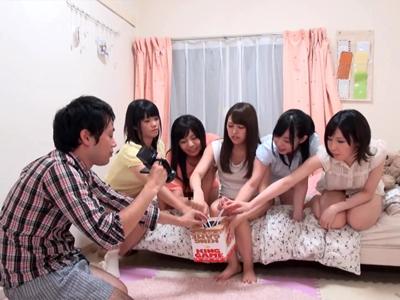 【エロ動画】巨乳JDたちとの王様ゲームで脱童貞!?むっちりおっぱいに囲まれながらチンポを散々弄ばれて、ぎこちなく腰を振りながらも我慢できず中出し大乱交!