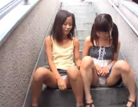 【エロ動画】アウロリ!アウロリ!?女児服&パイパンな無垢な美少女たちを騙して放尿させて、つるつるマンコに性教育!大人チンポをねじこんでイケない実技の始まりだ!