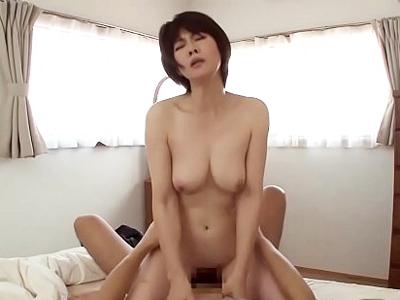 【エロ動画】淫乱熟女な母親が息子ちんこを誘惑して近親相姦をしてしまう。パンツを濡らすおマンコを手マンされ、巨乳おっぱいを揺らしながらセックスをする事に。ついにおマンコに中出しをさせてザーメンを搾り取ってしまう