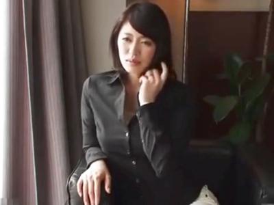 【エロ動画】淫乱妻は男優との浮気チンコでイキまくり。陰毛マンコをクンニされて愛液をお漏らしする彼女は、おチンポをフェラチオしてNTRセックスに夢中になる。そのままザーメンを浴びせられてイクのが止まらない