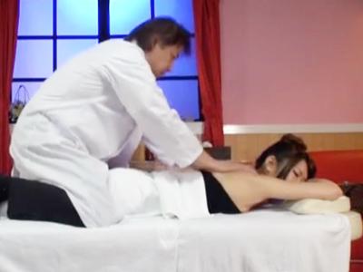 【エロ動画】マッサージ師に乳首を弄られ陰毛マンコをクンニされながらレイプされる美女。ローションでぬるぬるになりながら騎乗位セックスでおチンコを咥えてザーメンをぶっかけられながらイかされる