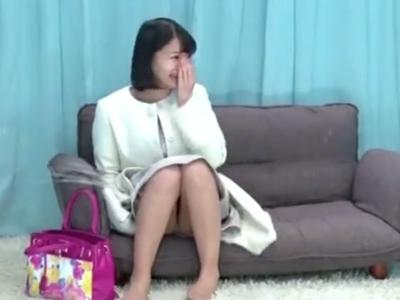 【エロ動画】MM号に乗り込んだ美少女は「が、頑張りますっ!」と言いながら、嫌そうな顔でキモデブDTのチンポをペロペロ…その味に慣れたのか騎乗位で挿入して清楚系ビッチっぷりを披露する!
