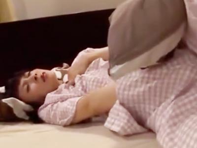 【エロ動画】義父チンコにNTRされてしまった貧乳の人妻。アナルもおマンコもクンニされ、陰毛マンコは指先を咥えて離さない。勃起チンコをハメて貰って中出しエッチの虜になるのだ