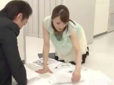 【エロ動画】仕事中、同僚にレイプされた巨乳OL!最初は抵抗していたが、フェラや挿入でチンポを味わっているうちに感じてしまい、小さな声で喘ぎながらセックスに耽る