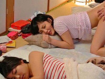 【エロ動画】再婚相手のJK姉妹が可愛かったので、義父チンコで娘達と近親相姦。寝ている姉妹の隣で陰毛マンコを犯しザーメンをぶっかけるが、寂しそうにオナニーをする妹ちゃんにもおチンポを挿入してあげる