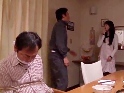 【エロ動画】旦那を縛っておいて人妻を頂く変態男。無理矢理その巨乳おっぱいをしゃぶって、陰毛マンコを手マンし、NTRセックスで熟女の雌穴を自分のモノに変えるのだ