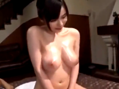 【エロ動画】爆乳美女のおっぱいでパイズリマッサージ。おっぱいを押し当てながら手コキをされて、モリマン素股でおチンコはもう限界に。最後は陰毛マンコに挿入して中出しするのだ