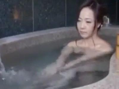【エロ動画】若い彼氏と旅行中の美熟女は柔らかな巨乳でチンポをパイズリでして快感責め!温泉で火照った身体を鎮めるために、マンコの奥をズボズボファック!