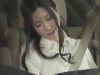 【エロ動画】助手席で義妹が酔って寝ていたので、パンツを脱がせて陰毛マンコを手マンしてやる。ドスケベな彼女はすっかり浮気チンコにハマり、おっぱいを揉まれ陰毛マンコを濡らしながらカーセックスでイキまくり