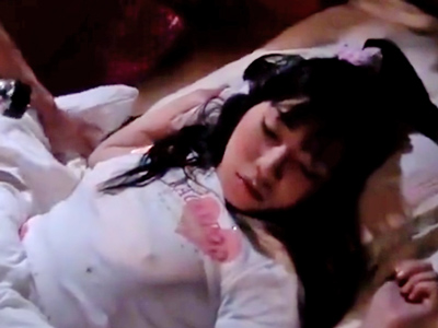 【エロ動画】寝てる妹の胸のポッチに興奮した変態兄は、気づかれないよう夜這い開始!無理やりチンポをねじ込んでピストンしまくったら「ばかぁ!」なんて言われてしまう近親相姦パコ