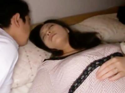 【エロ動画】巨乳人妻が寝ていると変態セクハラ男に乳揉み・乳首舐めされてしまう…そして抵抗できないほどにバック・正常位で突かれまくり寝取られた中出しセックス
