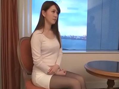 【エロ動画】欲求不満な美人受付嬢を連れ出して、車の中でバイブオナニー、ホテルに連れ込んでディルドとバイブでオナニーさせ、自慢の巨乳をもみしだきながらセックス!