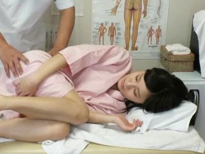 【エロ動画】デリケートなところには触らないって言ってたのに!鬼畜按摩師はセクハラ治療で乳首をさわり、指マンで膣内に薬を塗り込んで行き、患者に手コキをさせてバックで犯す!