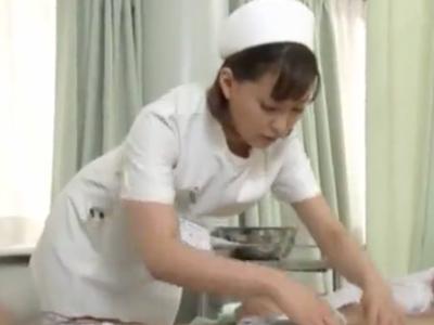 【エロ動画】入院中にチンポを勃起させてしまい手コキ・フェラチオをしてくれる美人ナース。慣れた手つきでしゃぶり倒し、笑顔でザーメンを大量発射!